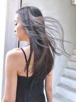 ベニス(VENICE)風になびくストレートヘア