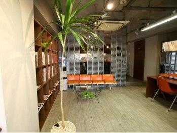 ラフトヘアーデザイン (RAFT)の写真/暖かみのある配色の店内に、センスの光るスタイリッシュなインテリア。つい寄りたくなる居心地の良さです♪