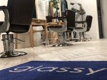グラッシーオブヘアー(glassy of hair)の雰囲気(青と白を基調にした店内。)
