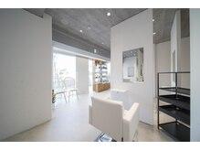 オーガニックプラス(Organic+)の雰囲気(白を基調とした清潔で明るい店内・半個室のスタイリングスペース)
