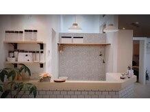 美容室 オグニ(OGUNI)の雰囲気(白と木目が基調の明るい店内。落ち着いて過ごせます♪)