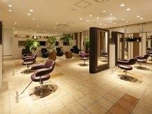 美容室 ビ フェスカ(B FESCA)の雰囲気(イスの間隔約2m、TV付のミラーで癒され、施術をお楽しみ下さい!)