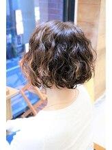 リプロ(Repro)ハイライトカラーでくせ毛をいかした無造作カールヘア