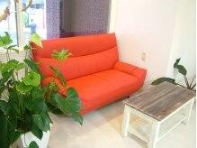 ナップスナチュラルスタイル(nap's natural style)の雰囲気(白い店内に一際目を引く真っ赤なソファーがオシャレな待合)