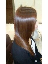 髪にツヤと潤いを与える自社開発のプラチナトリートメントとプロが教えるヘアケア方法