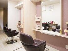 ヘアアンドメイク マオ(HAIR&MAKE MA`O)の雰囲気(席の間には仕切りがあり、半個室仕様にもなります。)
