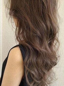 バーニッシュ(VARNISH)の写真/隠す白髪染めからデザインを楽しむおしゃれな白髪染めへ★しっかり染まる技術力も[VARNISH]の持ち味◎