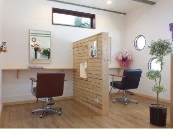 ヘアールーム アイロネア(Hair Room Aironea)の写真/一人だけの癒しサロン。駅徒歩1分に、可愛らしい建物♪扉を開けると2席のみの、落ち着いた空間。