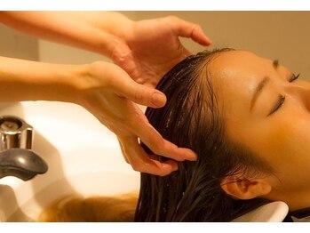 ヘアースペース リズム(Hair space Rizm)の写真/リラクゼーション空間で頭皮にご褒美。ゆっくり贅沢なひと時を…♪リフトアップ効果があるのも嬉しい!!