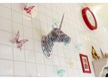 ヘアーアンドメイク アートカーレ(HAIR&MAKE art K)の雰囲気(白タイルを基調とした店内)