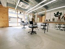 カフネ ジュントス ヨロ(Cafune' juntos YOLO)の雰囲気(明るく、開放感のある店内。お席の間にはパーテーションを設置。)