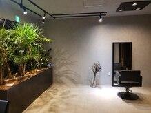 ヘアーメイク グレバディズ ポイント(HAIR MAKE GUREVDDYS POINT)の雰囲気(コンクリートにアイアン、グリーンの無機質な空間。)