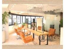 シシ 新宿(She 2.)の雰囲気(木のぬくもりと窓から自然光も差し込み、開放的なフロアが特徴♪)