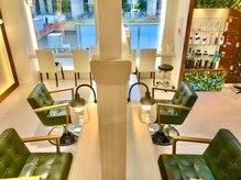 オレンジポップ 流山おおたかの森店(ORANGE POP)の雰囲気(広くて贅沢な店内は、女性的で柔らかな白を基調とした空間です。)