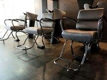 ヘアアンドメイク コルト フォークロア(HAIR&MAKE COLT FOLKLORE)の雰囲気(リラックスできる落ち着いた照明のシャンプースブース)