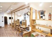 ネイム 本庄早稲田店(NAME)の雰囲気(フリーWiFiご利用できます!白壁と木調のリラックス空間です。)