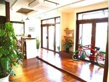 アロハナ(Alohana)の雰囲気(大きな窓から日差しが入り、明るい店内。)