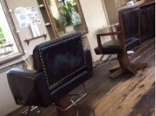 キエス(Qui est-ce?)の雰囲気(アンティーク調のこだわりの本革張りのセット椅子。)