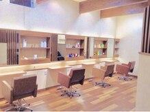 アンブル ヘアデザインアンドヒーリング 喜多町店(Amble hair design&healing)の雰囲気(落ち着いた雰囲気の店内、椅子は長時間座っても疲れない低反発)