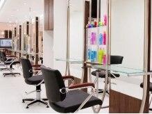 トニーアンドガイ 港北店(TONI & GUY)の雰囲気(白い壁やフローリングと黒い椅子のコントラストが素敵)