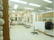 美容室 ガーデンの雰囲気(白を基調とした、広々とした明るい店内です。【沼袋】)