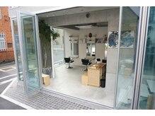 ヌイト オモテサンドウ(nuit.omotesando)の雰囲気(3mの高さの窓を全開で青空美容室に、安全な空間作り)