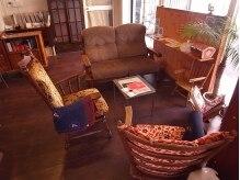 ハナウタ(hanauta)の雰囲気(優しい光が差し込むサロン♪大きなソファーでゆったり。)