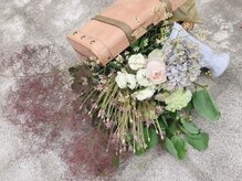 フラヴェス(floves)の雰囲気(手作りカウンターなどにフレッシュなお花も飾ってあります☆)