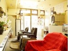 理容 京屋の雰囲気(入りやすい路面店。大きな窓から光が差し込む明るい店内。)