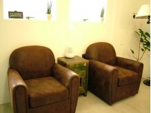 ヘアーデザイン チャピチュピ(HAIR DESIGN chapi chupi)の雰囲気(アンティークなソファーが暖かさを醸し出す待合いスペース)