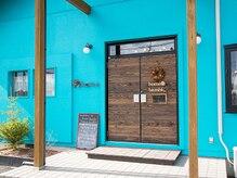 美容室 ホーム オアシス店(home)の雰囲気(青い外壁と木目調の扉が目印です♪)