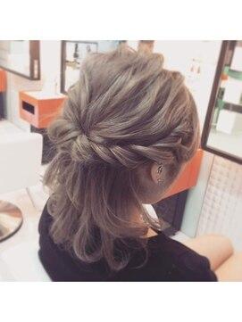 結婚式に参列するおすすめの服装・髪型・ネイルとマナー