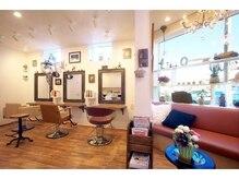 ヘアサロン トゥループ(Hair Salon TROOP)の雰囲気(大きな窓から光が降り注ぐ明るい待合スペース)