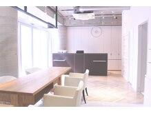 レンジシアオヤマ(RENJISHI AOYAMA)の雰囲気(待合スペースも広々と落ち着いた空間です。『表参道/青山』)