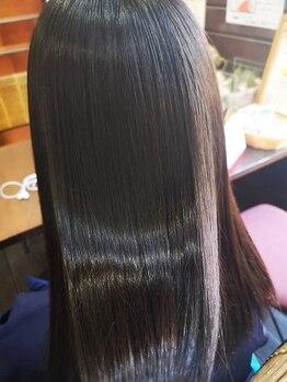 """ヘアメイク エイムズ シュアーニューエイジ(HAIR&MAKE aim.s SUR UN NUAGE)の写真/ダメージレスに縮毛が叶う""""アモストレート""""髪を労りながら、自然なサラツヤストレートが楽しめます*"""