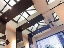 アキュアリィ(AQUALII)の雰囲気(吹き抜け天井なので開放的な空間です、ゆったりお過ごしください)