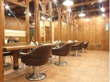 ティップス カーム 草津(tips calm)の雰囲気(店内は木の暖かみが感じられ、セット面に椅子でゆったりと・・・)