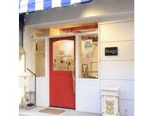 D 錦糸町店の雰囲気(お店の入り口です!目印はこの特徴的な赤い入口扉です♪)