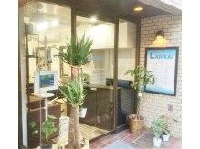 ラニカイ(LANIKAI.)の雰囲気(HAWAII風の明るい入口に緑がいっぱい!!青い看板が目印☆)