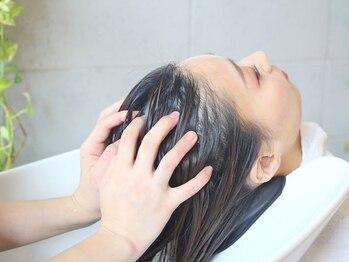 アンバースデー(UNBIRTHDAY)の写真/『生』の炭酸でコリや疲れもリセット!!ベタつき・においを予防し、気持ちの良い頭皮と艶のある健康的な髪に
