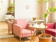 レキュップ(RECUP)の雰囲気(ピンクのソファでゆったりくつろいでください♪)