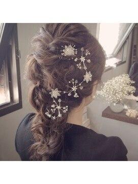 四つ編みへアレンジ(結婚式の髪型) ブライダル カルネ(Bridal CARNET)シルバーヘアアクセ、ロング四つ編み
