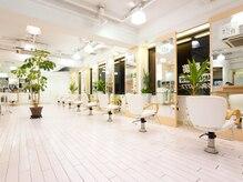 ヘアアンドメイク ズーカ(HAIR&MAKE ZU KA)の雰囲気(店内は白を基調とし、窓が多く明るい光が差し込みます。)