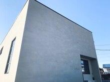 シアン(cyan)の雰囲気(モルタル外壁の四角い建物が目印)