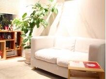 ルーツ(Roots)の雰囲気(待合のソファも素朴でまるで友達の家に来たみたい?)