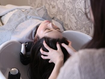 ガレリア エレガンテ 春日井店(GALLARIA Elegante)の写真/1人1人の頭皮に合った薬剤で汚れをOFF!個室&フルフラットのシャンプー台はつい眠ってしまう!