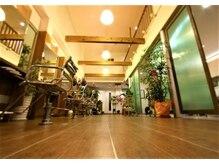 美容室 セラヴィ 福島本店の雰囲気(天井まで吹き抜けの店内は、リラックスタイムに最適☆)