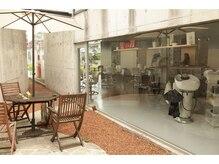 モップアップ ゾイトロープ(Mop up zoe trope)の雰囲気(中庭にはリラックスできる喫煙スペースも完備。)