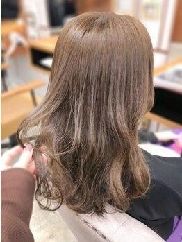 ファミーユ(famille)の写真/素肌も綺麗に魅せ、絶妙な色味を再現できる☆頭皮の負担を抑えつつ理想通りのカラーはお任せください!