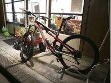 オルウィン コワフュール(Olwyn Coiffure)の雰囲気(ロードバイク専用の駐輪場あり。店内に停める事も出来ます。)
